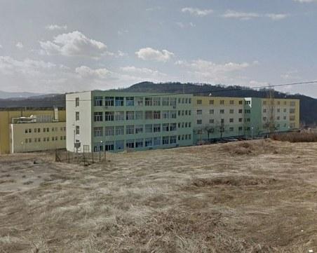 Мечка се разходи в двора на Природо-математическата гимназия в Габрово