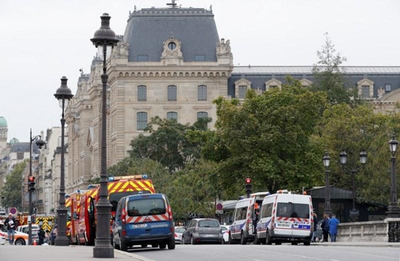 Четирима са убити при нападението в Париж, сред тях е и полицайка