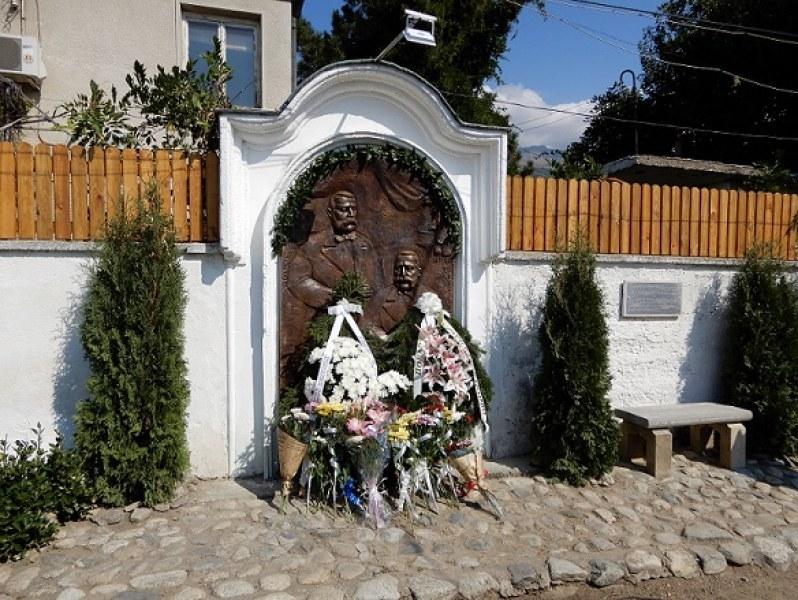 Нов барелеф в Карлово пази паметта на най-големите български дарители - братята Евлогий и Христо