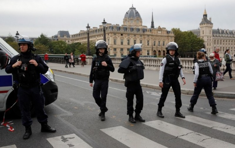 Въоръжен с нож нападна полицаи в Париж, има ранен