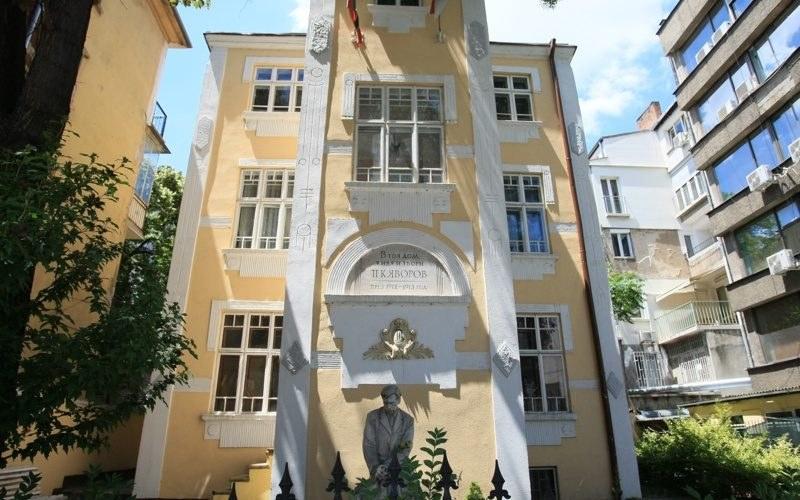 Тежка карма тегне над къщата на Яворов в София, смъртта гостува често
