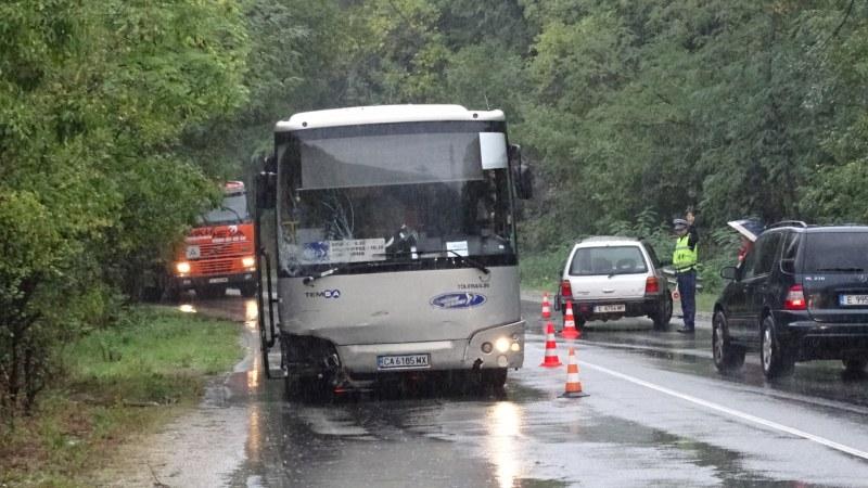 Тежка катастрофа между автобус и кола в Благоевградско