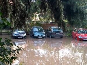 Пълен абсурд! Столична улица под вода, жителите плащат по 30 бона сметки