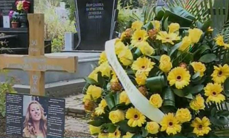 Измина година от жестокото убийство на Виктория Маринова, близки се поклониха пред паметника й