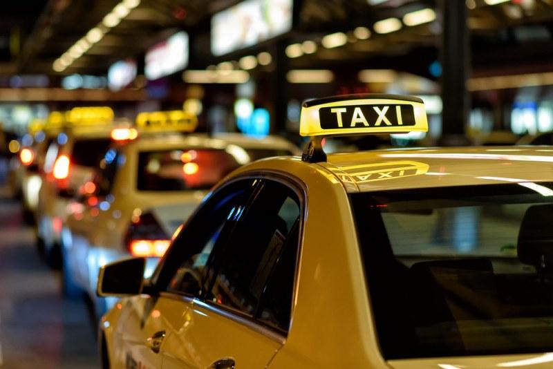 Клиент на такси от Единбург заспа в такси, събуди се след 180 км и 400 паунда сметка