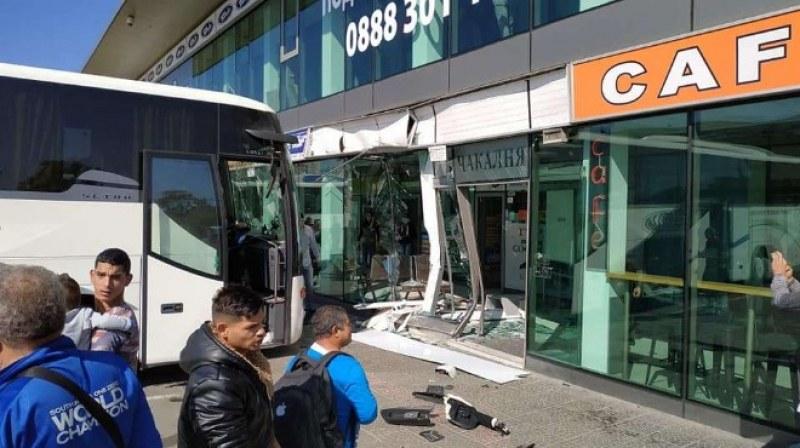 Автобус се вряза в чакалнята на столична автогара