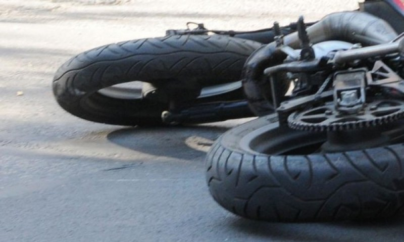 Товарен микробус е блъснал мотоциклет, мъж е в тежко състояние