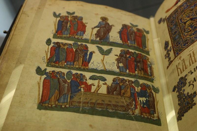 Уникален средновековен ръкопис на старобългарски за първи път у нас