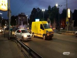 Катастрофа затрудни движението на кръговото на Водната палата в Пловдив