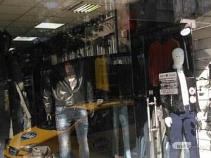 Спецоперация в Пловдив! Униформени нахлуха в три магазина за дрехи менте в Кючука