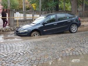 Яма погълна предницата на рено в центъра на Пловдив