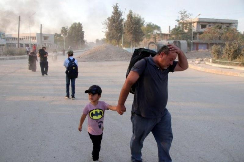 След турската офанзива: Стотици души започнаха да се изселват от Сирия