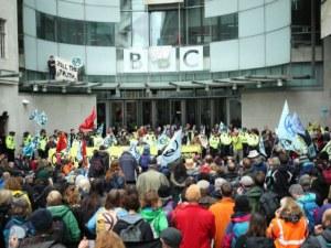 Екоактивисти блокираха входа на Би Би Си в Лондон