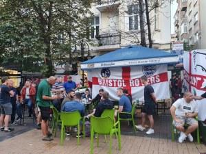 Английските фенове в София: Бира до припадък, песни, бой помежду си и гонки с тротинетки