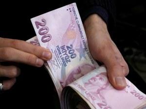 Турската лира се срина след заплаха за нови санкции от Тръмп