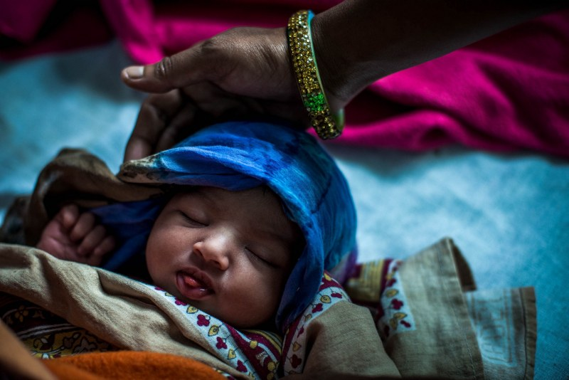 Двойка спаси бебе, погребано живо в делва в Индия