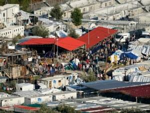 Евакуират стотици мигранти заради голям пожар в Гърция
