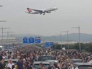 Над 10 души пострадаха при сблъсъците с полицията на летището в Барселона