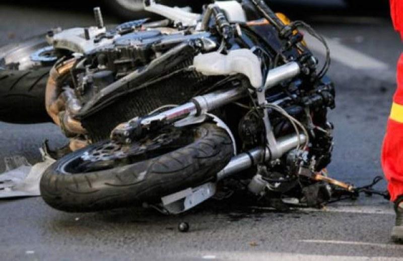 Моторист е с опасност за живота след катастрофа