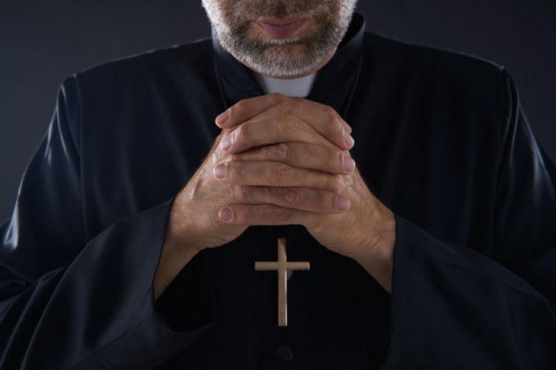 Трагедия! Свещеник издъхна по време на сватба, задави се с месо