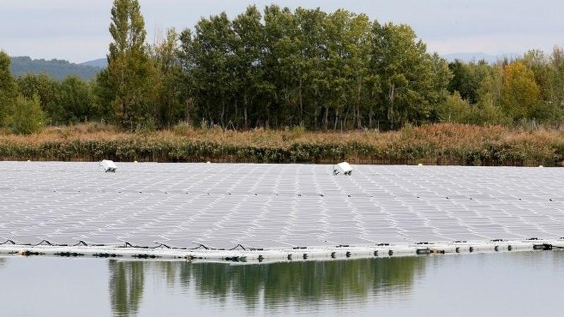 Франция открива най-големия соларен плаващ парк в Европа
