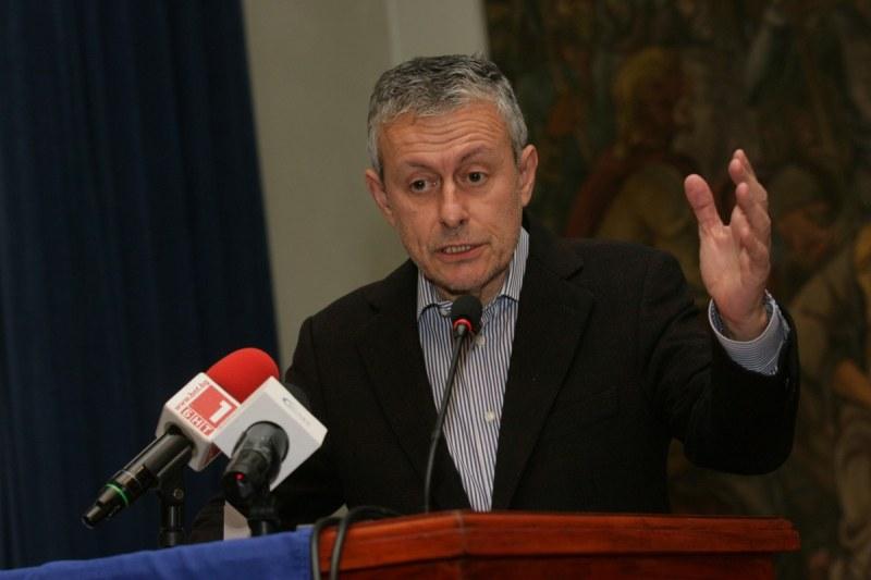 Паси: Макрон тласка Балканите към Русия, Захариева може да промени поведението на Франция