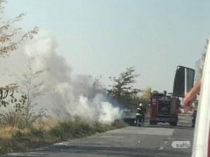 Кола пламна на междуселски път край Пловдив