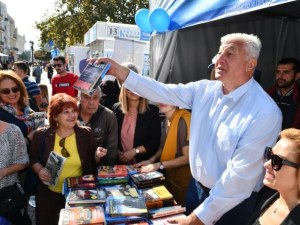 """Здравко Димитров подари над 400 книги в инициативата от """"От приятели за приятели"""