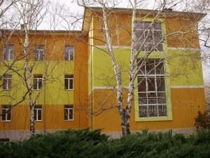 Карловци нахлуха пияни в двор на училище, вдигнаха скандал на директора