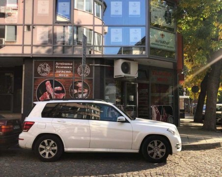 Кандидат-кмет отново погази закона, паркира в кръстовище