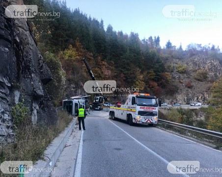 Тир се обърна на пътя Пловдив - Чепеларе, вдигат го с тежкотоварна техника