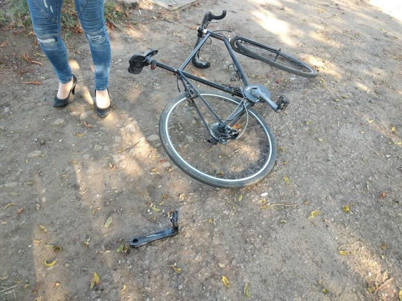 Пометен от кола колоездач се бори за живота си, полицията издирва свидетели