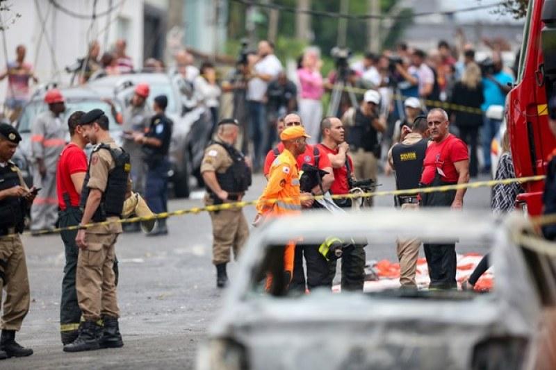 Самолет се разби на улица в Бразилия! Трима са загинали