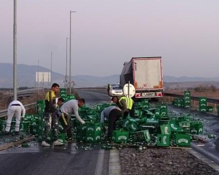 Бира и зърно покриха главния път Е-79 след две катастрофи край Благоевград