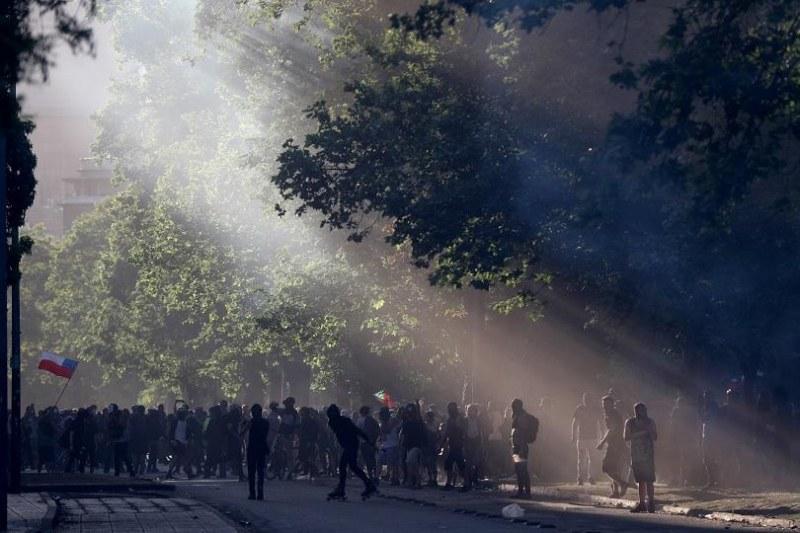 Евакуираха чилийския парламент заради безредици