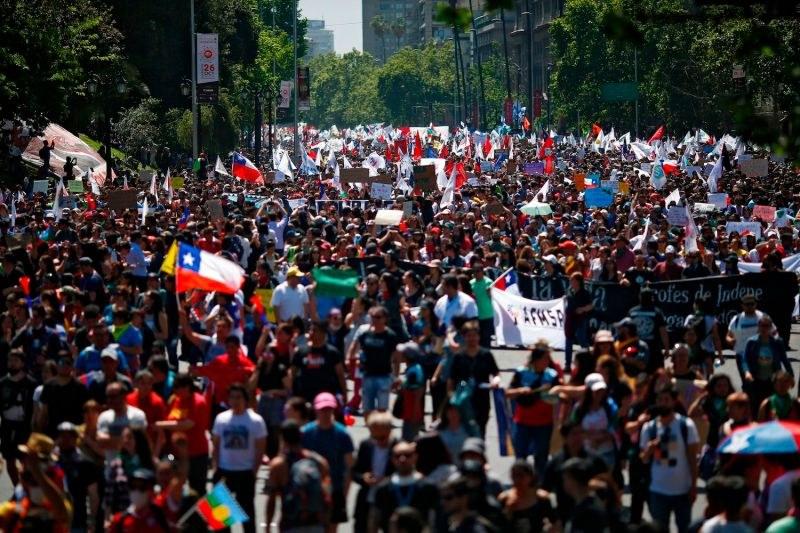 В Чили става страшно! Протестът на милион чилийци прерасна в сблъсъци с полицията