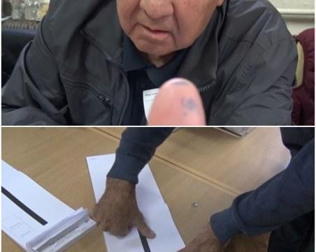 Как членове на секционна комисия в Пловдив обясняват изцапаните си пръсти