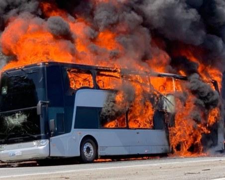 Автобус, превозващ деца, пламна в движение край прохода Предела
