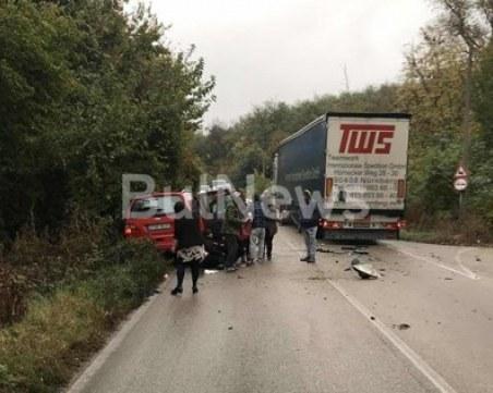 Лек автомобил се вряза в тир край Видин, мъж, жена и две деца пострадаха