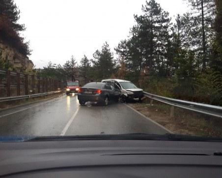 Две коли се нанизаха край Велико Търново, трафикът се пренасочва по обходен маршрут