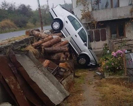 Кола се приземи в двор на къща в Смолян