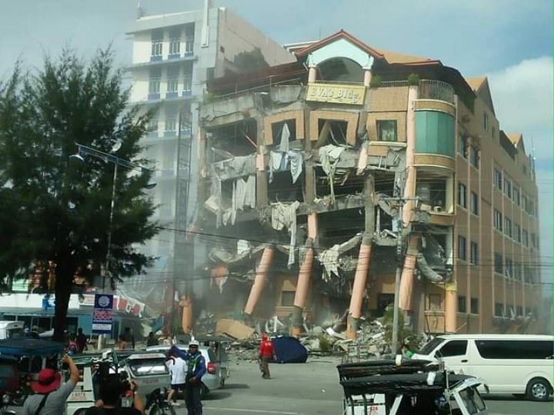 Пореден мощен трус удари Филипините! Рухна хотел