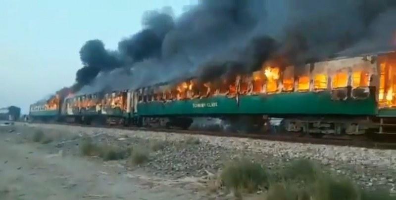 Влак в Пакистан пламна като факла! Най-малко 62 са загинали