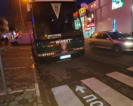 Безцеремонно паркиране в Пловдив! Автобус на футболен тим създава предпоставка за инцидент