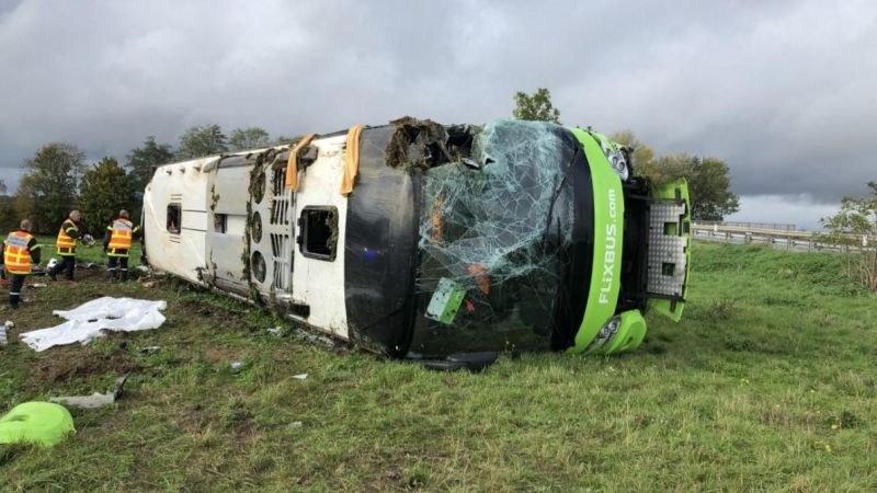 Автобус се обърна във Франция, 33 души са ранени
