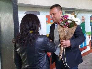 С цветя и аплодисменти посрещнаха Костадин Язов при гласуването му днес