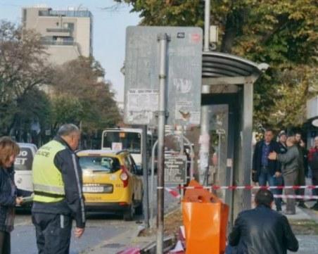След като кола се вряза в спирка: Две тийнейджърки и млад мъж са в болница