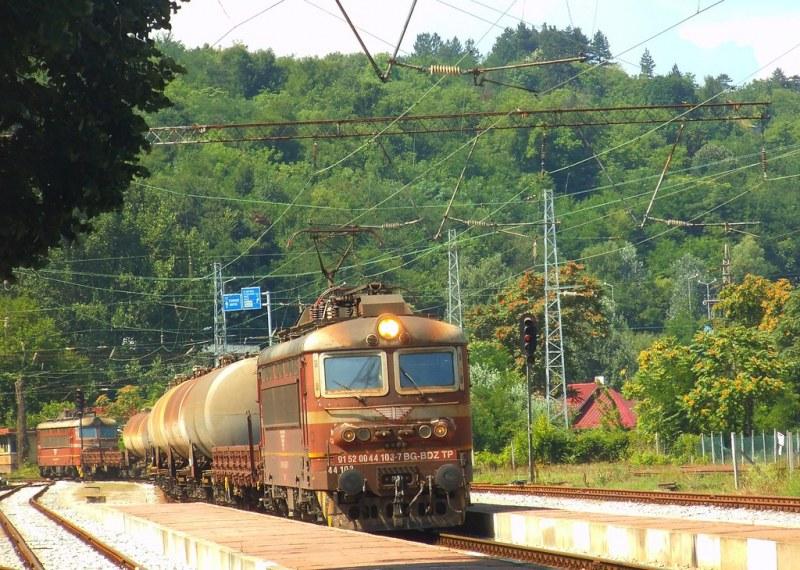 Локомотив на товарен влак се запали в движение край Попово