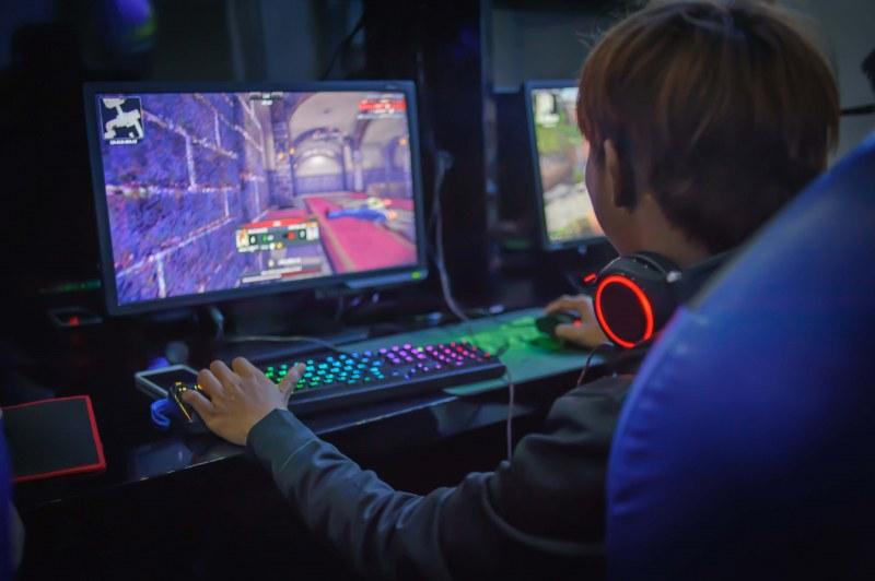 Момче получи инсулт заради видеоигри, не искало да става от компютъра