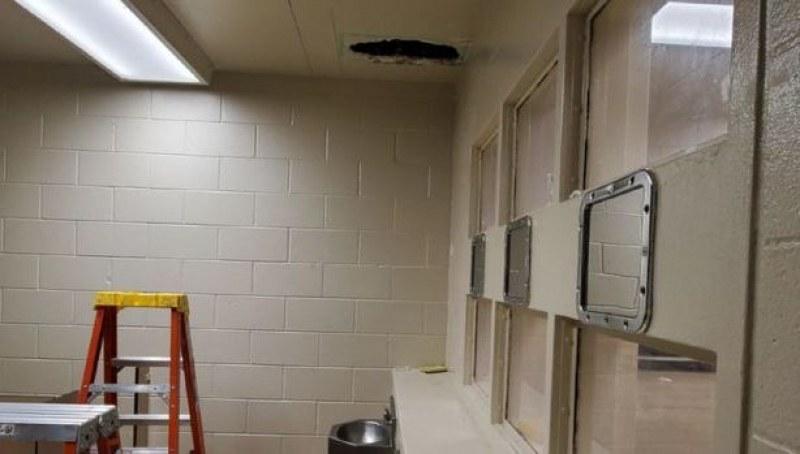 Обвинени в убийство се измъкнаха от затвор през малка дупка в таван
